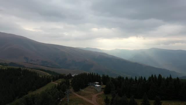 vídeos de stock, filmes e b-roll de montanha balcânica - sérvia