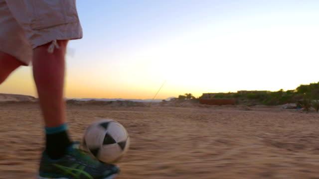 ボールドリブルと目標を - スポーツ用品点の映像素材/bロール
