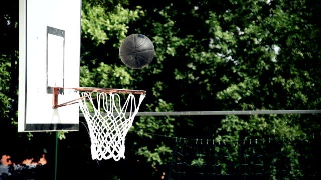 vídeos y material grabado en eventos de stock de hd super cámara lenta: cataratas a través de una bola de arete - basketball hoop
