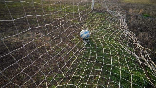 stockvideo's en b-roll-footage met bal in het net. doel. gemiste bal. verliezen. leeg stadion. zonsondergang avond. - sportcompetitie