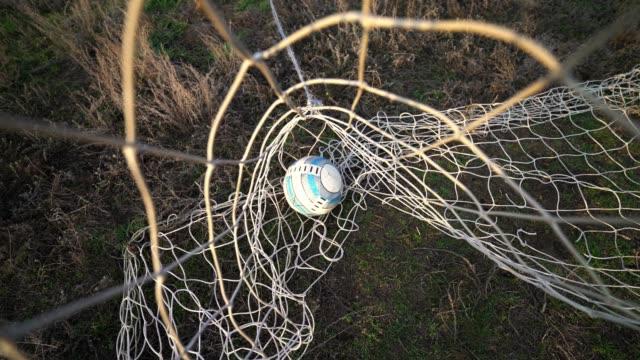 stockvideo's en b-roll-footage met bal in het net. doel. gemiste bal. verliezen. voetbaldoel. - sportcompetitie