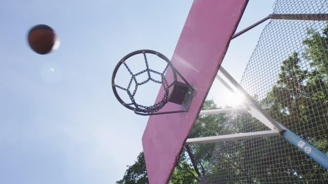 vídeos y material grabado en eventos de stock de bola que pasa por el aro de baloncesto - basketball hoop