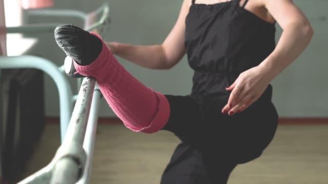 ballerina vid barre - balettstång bildbanksvideor och videomaterial från bakom kulisserna