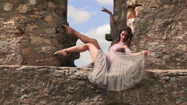 ballerina dansar i fönstret på ett gammalt slott - på tå bildbanksvideor och videomaterial från bakom kulisserna
