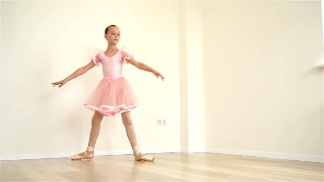 ballerina-workout zu tun - ballettröckchen stock-videos und b-roll-filmmaterial