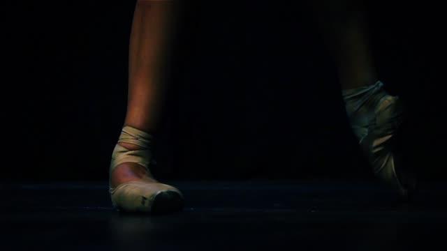 ballerina-füße in spitzenschuhe ballett tanzen. - ballettschuh stock-videos und b-roll-filmmaterial