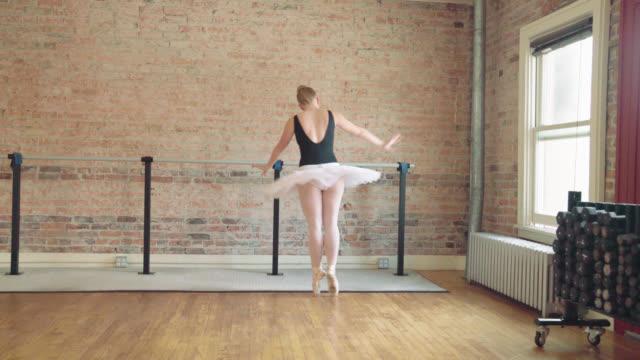ballerina frihandsfigur dans - piruett bildbanksvideor och videomaterial från bakom kulisserna