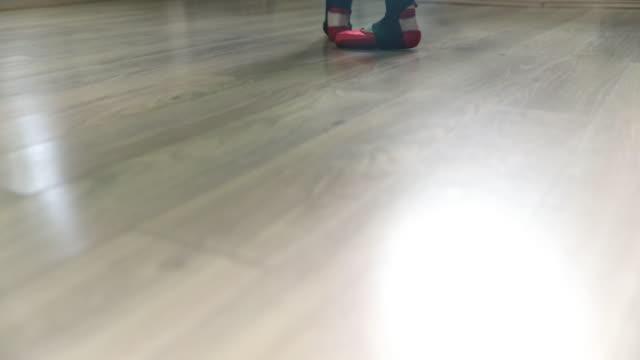 ballerina har kul - balettstång bildbanksvideor och videomaterial från bakom kulisserna