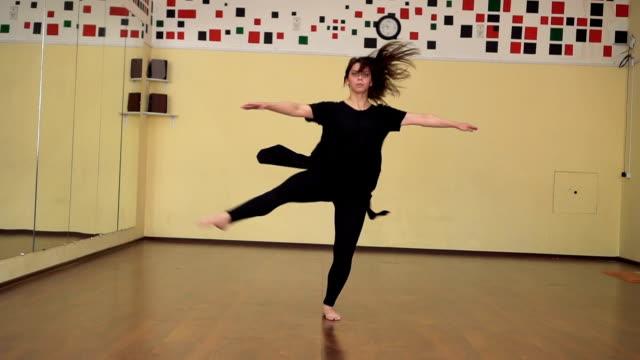ballerina i svarta kläder och pointe sträcker på barre i balett gym. - piruett bildbanksvideor och videomaterial från bakom kulisserna