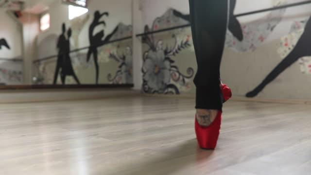 ballerina im spiegel - ballettschuh stock-videos und b-roll-filmmaterial