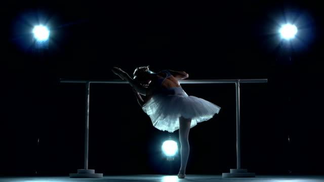 vídeos y material grabado en eventos de stock de ballerina en blanco tutu haciendo ejercicio en el aula cerca de deportes - columna vertebral humana