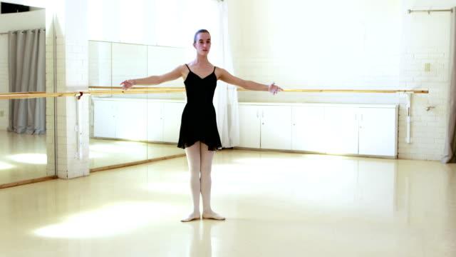 ballerina gör övningar - balettstång bildbanksvideor och videomaterial från bakom kulisserna