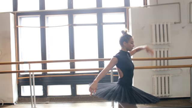 vidéos et rushes de une ballerine tourne dans une danse dans une salle de formation grand - justaucorps