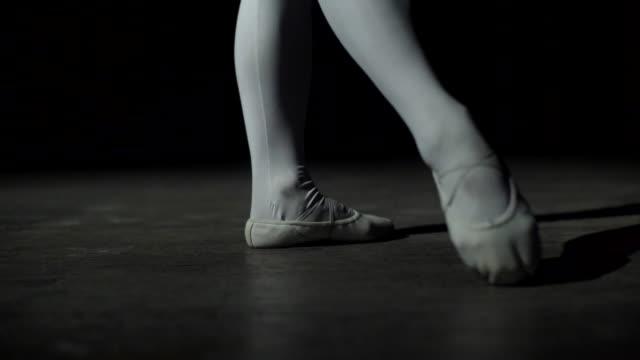 gambe ballerine a punta - scarpette per danza classica video stock e b–roll