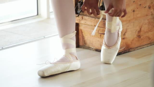 ballerina mettendo in her shoes - scarpe video stock e b–roll