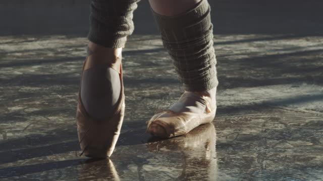 バレリーナスピニングとつま先に自分自身をバランスをとる - バレエ点の映像素材/bロール