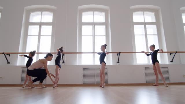 ballerina undervisning studenter i balettskolan - balettstång bildbanksvideor och videomaterial från bakom kulisserna