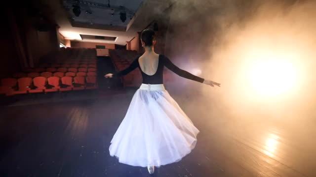 eine ballerina dreht sich mit einer perfekt geraden rücken. - gymnastikanzug stock-videos und b-roll-filmmaterial