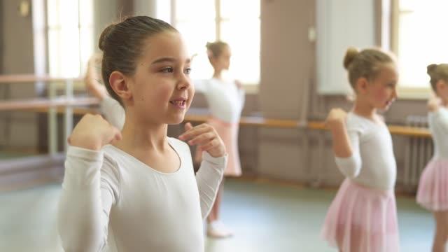 ballerinas auf ballettklasse - ballettschuh stock-videos und b-roll-filmmaterial