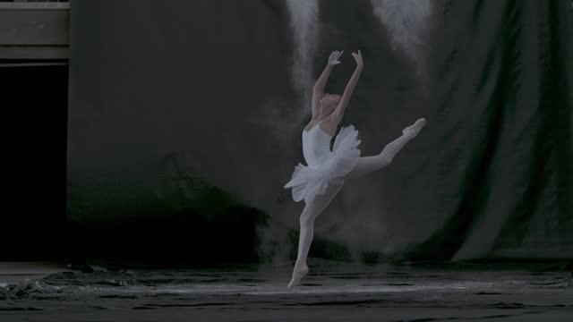 vídeos de stock, filmes e b-roll de bailarino dançando nas ruas - balé
