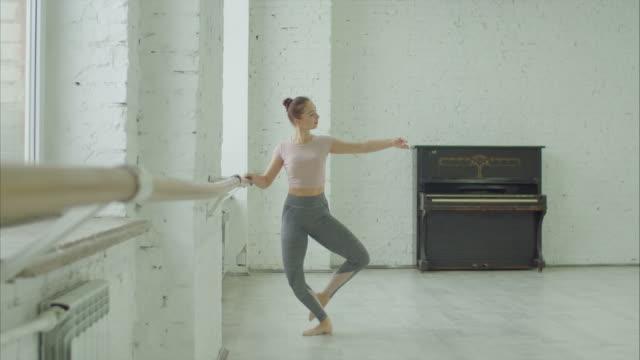 balettdansare gör battement frapper övning - balettstång bildbanksvideor och videomaterial från bakom kulisserna