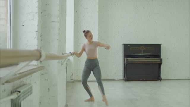 balettdansare gör koreografiska utöva på barre - balettstång bildbanksvideor och videomaterial från bakom kulisserna
