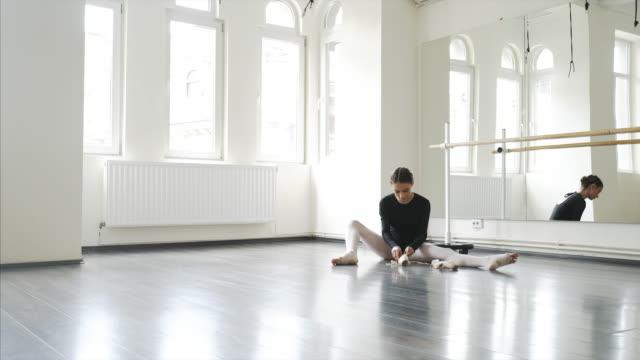 Ballet dancer getting ready. video