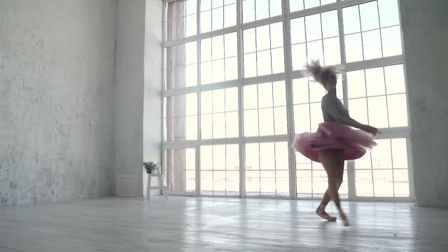 ballett-tänzerin ist drehen und springen hoch in ein tutu und pointe schuhe. jungen ballerina tanzt - ballettschuh stock-videos und b-roll-filmmaterial