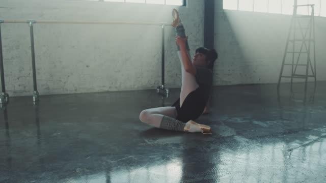 balett dansare rör sig utan ansträngning i studion - balettstång bildbanksvideor och videomaterial från bakom kulisserna
