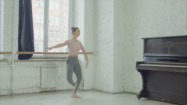 balettdansare utför failli jump motion - balettstång bildbanksvideor och videomaterial från bakom kulisserna
