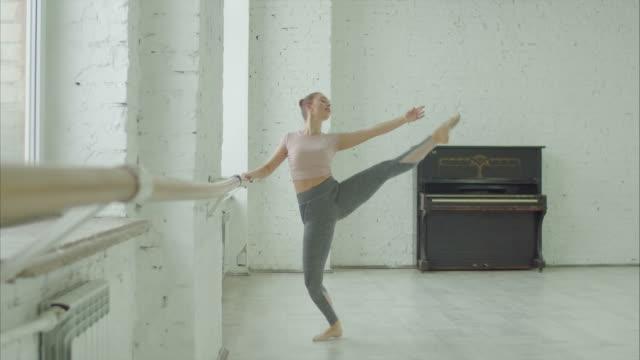 balettdansare utför passe utöva på barre - balettstång bildbanksvideor och videomaterial från bakom kulisserna