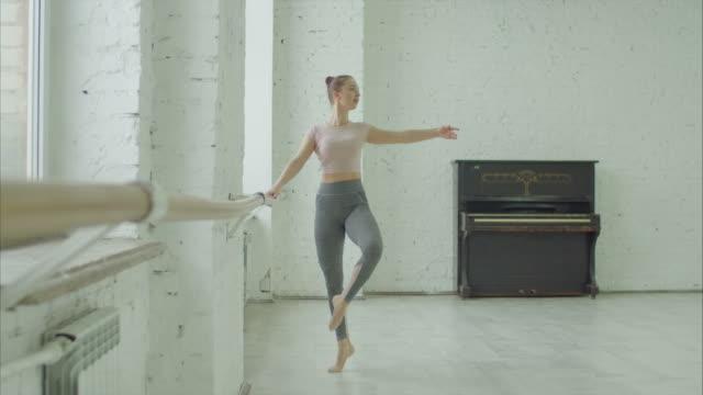 balettdansare utför petit utöva på barre - balettstång bildbanksvideor och videomaterial från bakom kulisserna