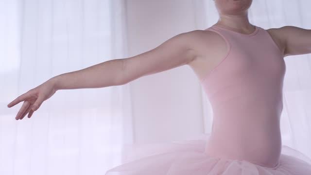 ballett-tänzerin in einem studio üben - ballettröckchen stock-videos und b-roll-filmmaterial