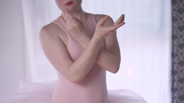 ballett-tänzerin in einem studio üben - gymnastikanzug stock-videos und b-roll-filmmaterial