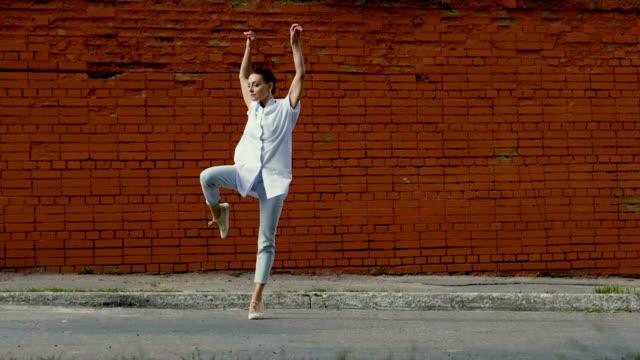 バレエダンサー。通りで踊っている若い美しい女性。スローモーション。hd - バレエ点の映像素材/bロール