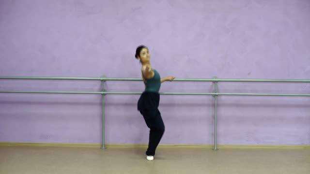 vidéos et rushes de danseuse de formation près de la barre de ballet dans une classe de ballet - justaucorps