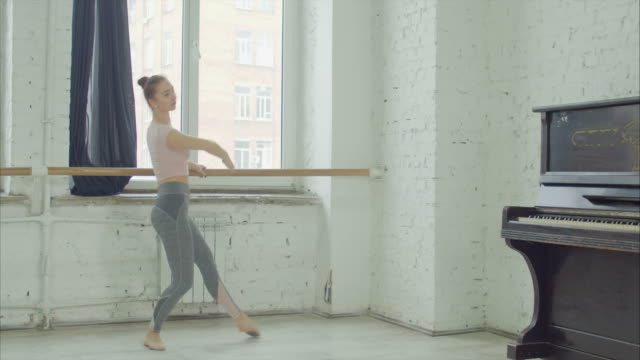 balettdansöser tränar degage träna på barre - balettstång bildbanksvideor och videomaterial från bakom kulisserna