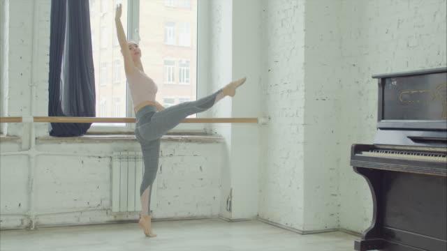 balettdansöser tränar terboushon på barre - balettstång bildbanksvideor och videomaterial från bakom kulisserna