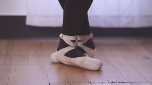 eine ballett-tänzerin schuh geht ein-und fokus, wie sie positionen ändert - gymnastikanzug stock-videos und b-roll-filmmaterial