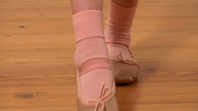 ballerina-füßen - ballettschuh stock-videos und b-roll-filmmaterial
