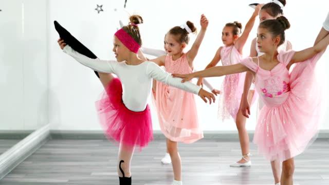 バレエの練習。 - 美術の授業点の映像素材/bロール