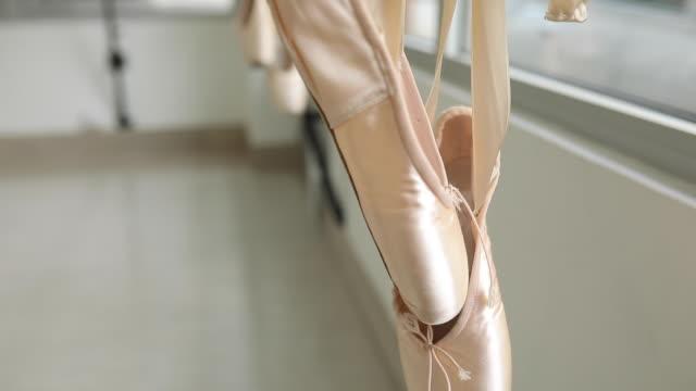 ballettschuhe hängen auf der pole - ballettschuh stock-videos und b-roll-filmmaterial