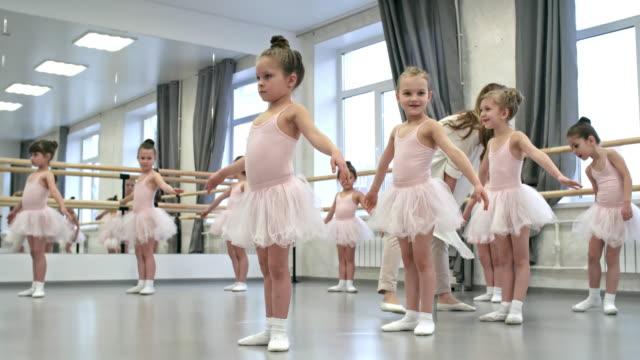 vídeos de stock e filmes b-roll de ballet teacher at work - tule têxtil