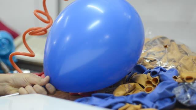 vídeos de stock e filmes b-roll de balões - encher atividade