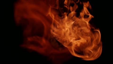 vídeos de stock e filmes b-roll de slo mo bolas de fogo provenientes de fundo preto - chama