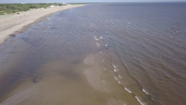 バルト海海岸パルヌ エストニア空中ドローン平面図 4 k uhd ビデオ - マルチコプター点の映像素材/bロール