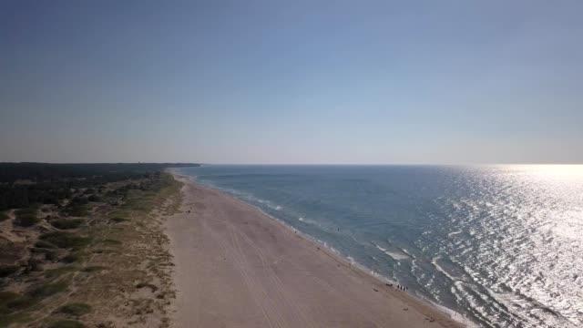 バルト海海岸ベンツピルス クルゼメ空中ドローン平面図 4 k uhd ビデオ - マルチコプター点の映像素材/bロール