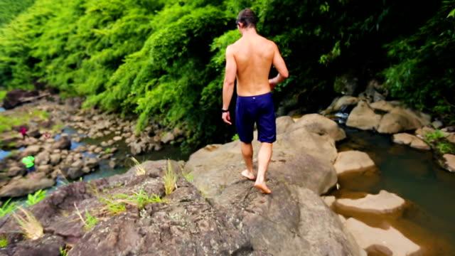 竹林滝の崖のジャンプ、ダイビング - 崖点の映像素材/bロール