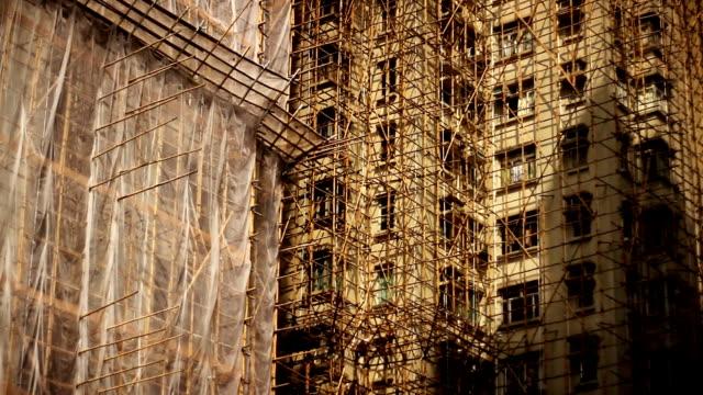 bamboo scaffolding on hong kong's skyscrapers - construction workwear floor bildbanksvideor och videomaterial från bakom kulisserna