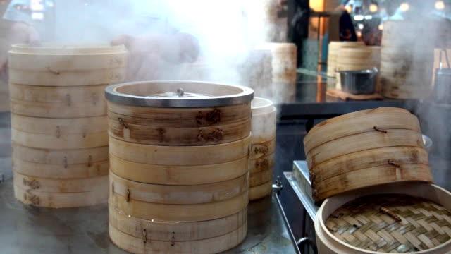 bambus-dampfer auf chinesische küche, slow-motion - kloß stock-videos und b-roll-filmmaterial